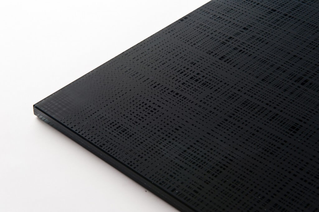 cristallo stratificato nero assoluto con PVB e decoro fili