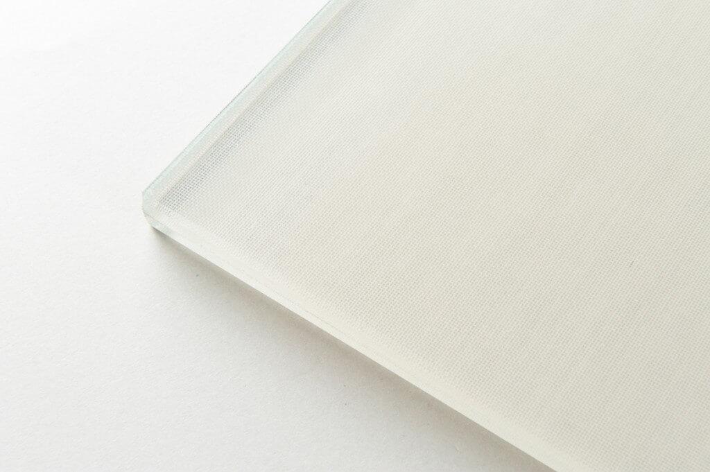 vetro stratificato extra chiaro con tessuto interposto nocciola