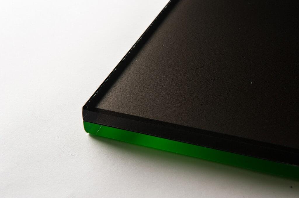 vetro fluorescente verde e vetro perlato nero, cristallo fluorescente verte e vetro perlato nero